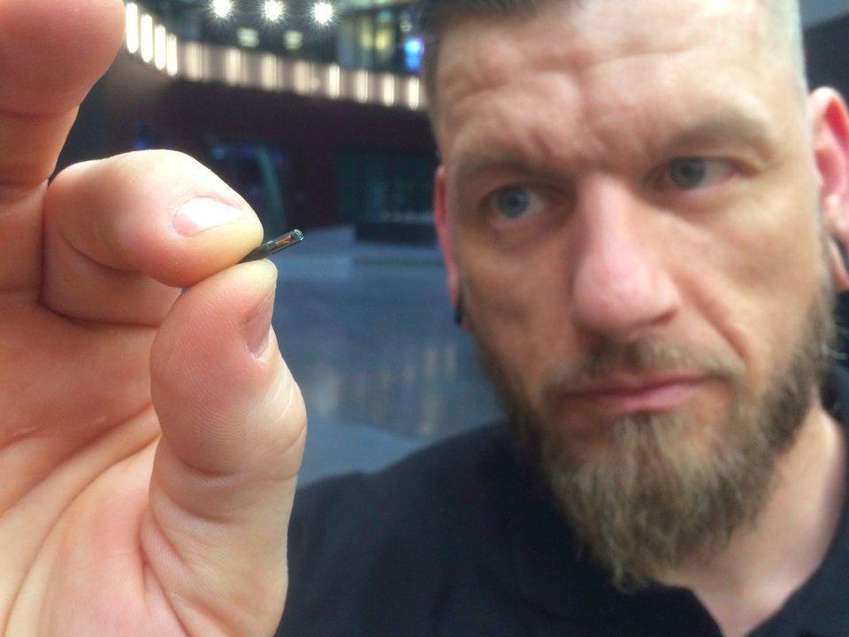 Οι Σουηδοί καταργούν κάρτες και εμφυτεύουν μικροτσίπ (εικόνες – video)
