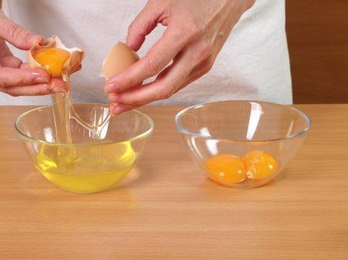 Παίρνει το ασπράδι από το αυγό και το βάζει στο πρόσωπο.. Το αποτέλεσμα; Φανταστικό!!