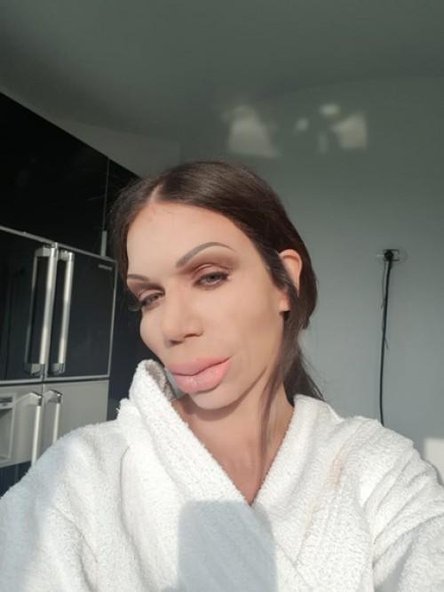 """Η Κατερίνα Στικούδη έγινε αγνώριστη από τα """"Botox"""" χάρη στους φημισμένους των ειδικών εφέ, αδελφούς Αλαχούζους"""