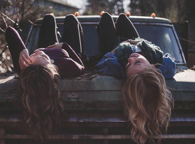 Αυτοί είναι οι 10 συνδυασμοί ζωδίων που ταιριάζουν απόλυτα σαν φίλοι
