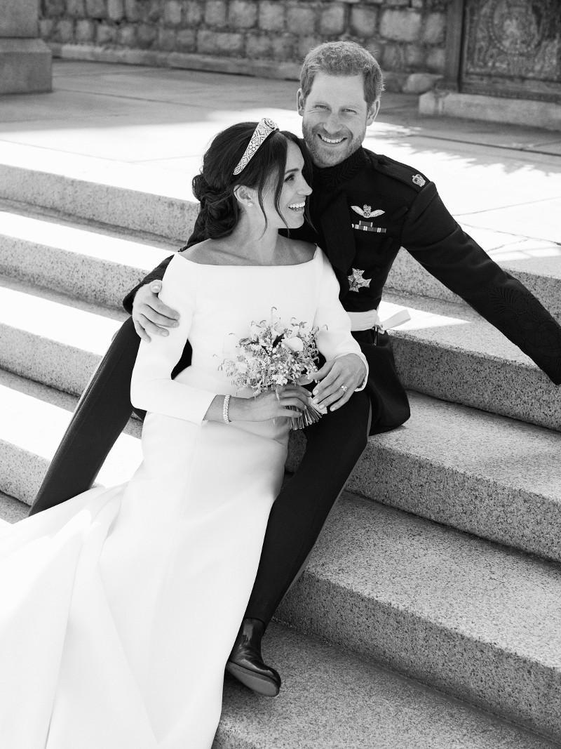 Χάρι και Μέγκαν: Το πειραχτήρι πρίγκιπας Τζορτζ έκλεψε την παράσταση στην επίσημη φωτογράφιση γάμου [εικόνες]