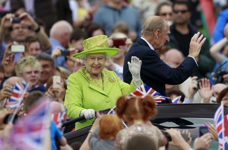 Γιατί η βασίλισσα Ελισάβετ φοράει πάντα φωσφοριζέ ρούχα -Υπάρχει λόγος