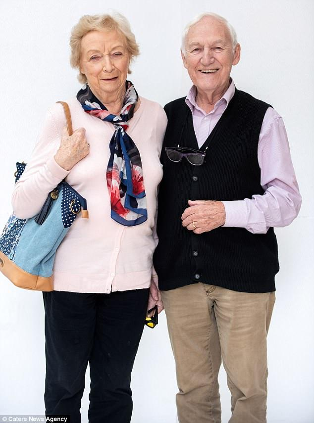 Συγκινητικό!Αφοσιωμένος 84χρονος σύζυγος μαθαίνει να βάφει την γυναίκα του πριν εκείνη τυφλωθεί