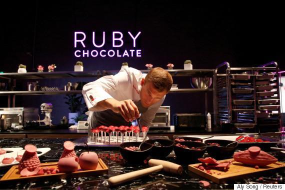 Ελβετοί επιστημονες ανακάλυψαν το νέο 4ο είδος σοκολάτας και είναι κόκκινη (αν και μοιάζει ροζ)