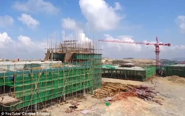 Κινέζοι εργάτες έχτισαν αεροδρόμιο σε υψόμετρο 1.800 μέτρων αφού πρώτα έκοψαν όλα τα δέντρα