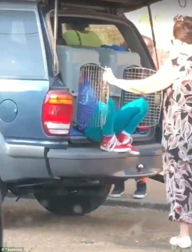 Εικόνες που σοκάρουν!Μετέφερε τα εγγόνια της σε κλουβιά σκύλων