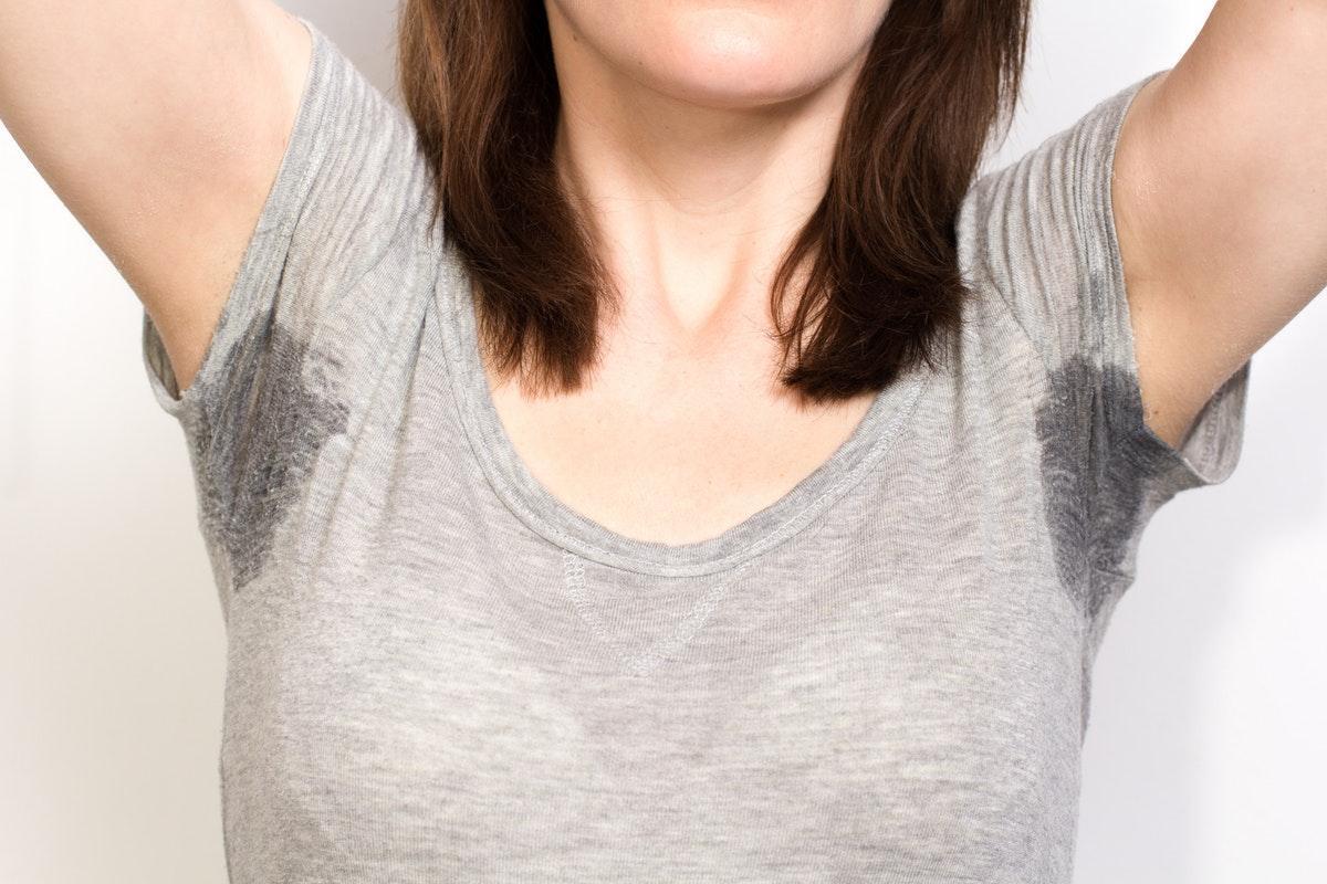 4+1 αποτελεσματικοί τρόποι για να απομακρύνετε τους λεκέδες ιδρώτα από τα ρούχα
