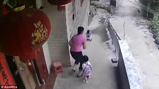 """Μια """"άτακτη"""" μικρούλα αφήνει το καρότσι με την αδελφή της πάνω σε κατηφόρα"""
