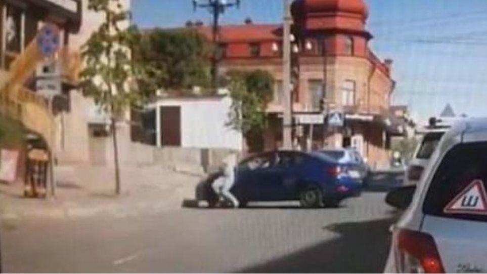 Σοκαριστικό: Εξαγριωμένος σύζυγος πατά τη γυναίκα του με το αμάξι επειδή του ζήτησε διαζύγιο
