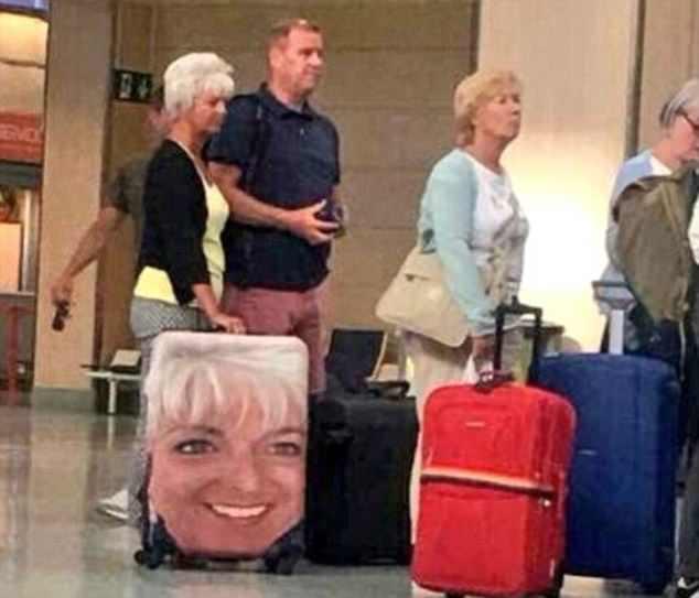Απίστευτο! Ταξιδιώτες καλύπτουν τις βαλίτσες τους με τεράστιες φωτογραφίες του εαυτού τους