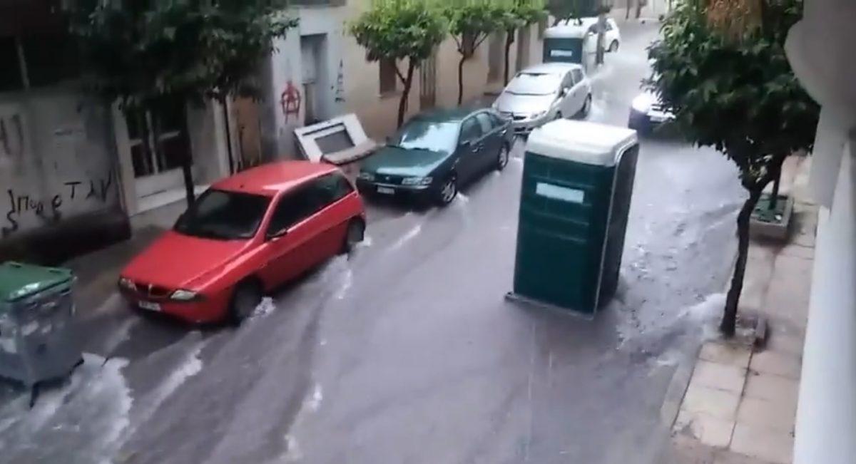 Φορητή τουαλέτα προχωρά μονή της μέσα στις πλημμύρες στη Νίκαια