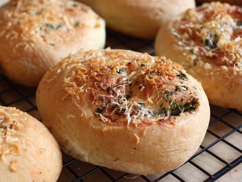 Εύκολα ψωμάκια με έντονη γεύση και άρωμα παρμεζάνας και σκόρδου! Η τέλεια ιδέα για το μπουφέ σε παιδικό πάρτι!