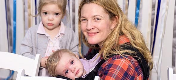 Το παράξενο κόλπο που χρησιμοποιεί η Drew Barrymore όταν οι κόρες της κλαίνε και φωνάζουν!