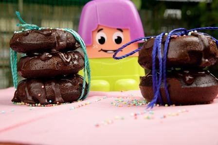 Πεντανόστιμα, πανεύκολα και αφράτα σοκολατένια donuts χωρίς ζάχαρη και γάλα