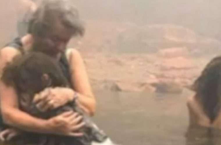 Η ανατριχιαστική ιστορία πίσω από την φωτογραφία με τη γιαγιά αγκαλιά με το εγγόνι