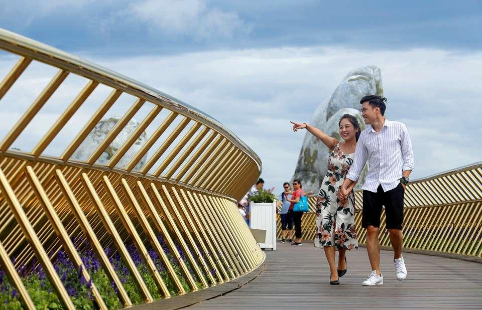 Βιετνάμ: Δύο χέρια «σηκώνουν» μια γέφυρα στον αέρα στο Βιετνάμ