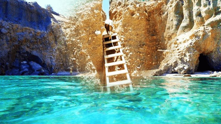 Ένα σκοινί και μια τρεμάμενη σκάλα: Θα ρίσκαρες τη ζωή σου για να πας στην ωραιότερη παραλία της Ελλάδας; (Pics)