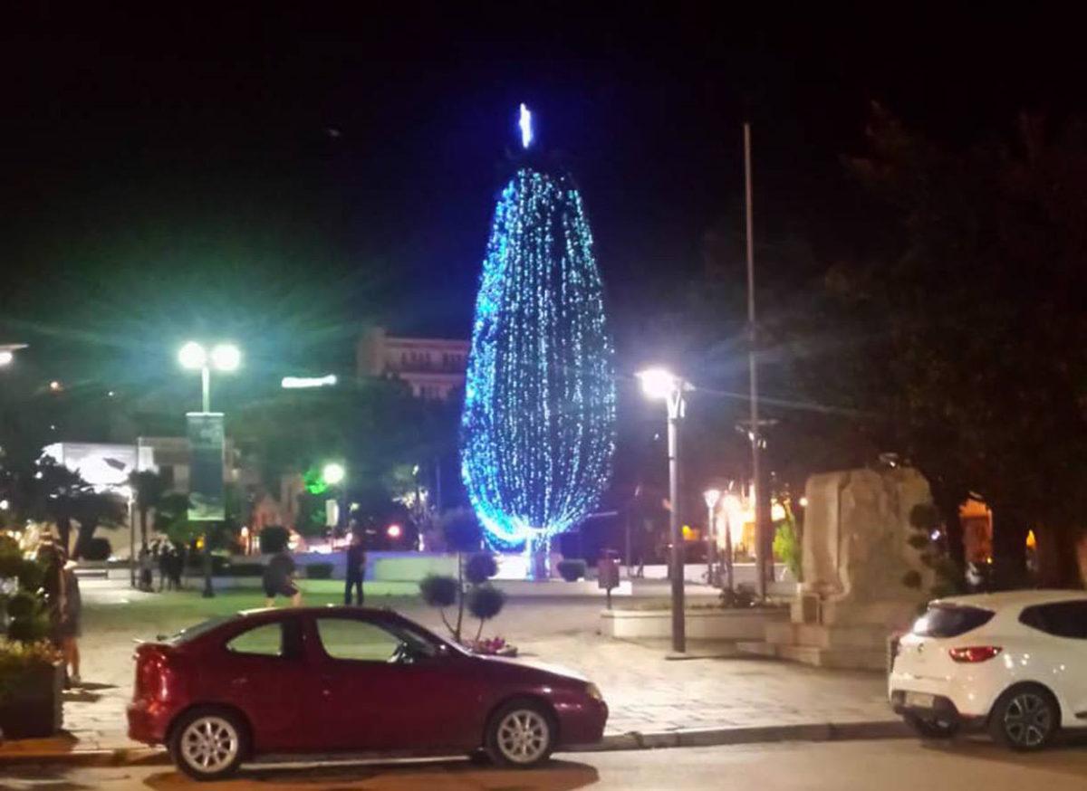 Στην Καβάλα άναψαν το χριστουγεννιάτικο δέντρο μέσα στην… καρδιά του καλοκαιριού