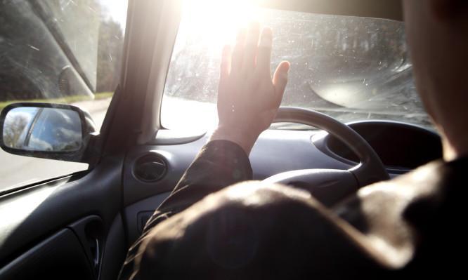 Προσοχή! Καύσωνας και οδήγηση στο αυτοκίνητο: Κίνδυνος υγείας από τα τζάμια – Τι να κάνετε