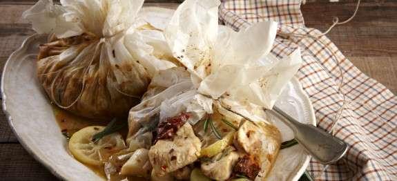 Πανευκολο και πεντανόστιμο Κοτόπουλο με μουστάρδα, πράσα και λιαστές ντομάτες στη λαδόκολα