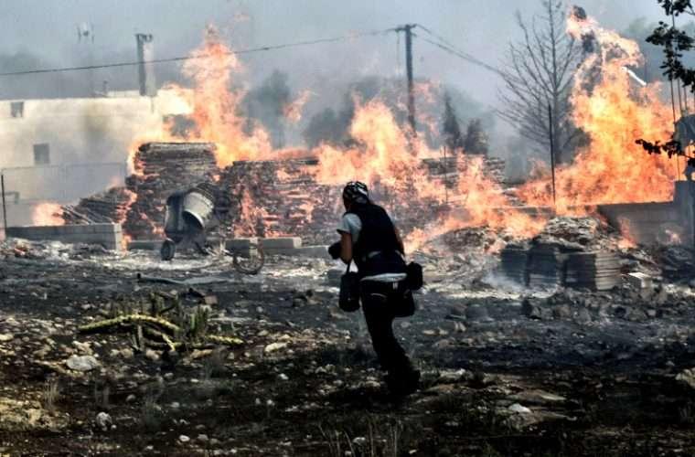 Το κυνικό σκίτσο του Χαντζόπουλου στην «Καθημερινή» για τους νεκρούς της πυρκαγιάς που προκάλεσε θύελλα αντιδράσεων (εικόνα)