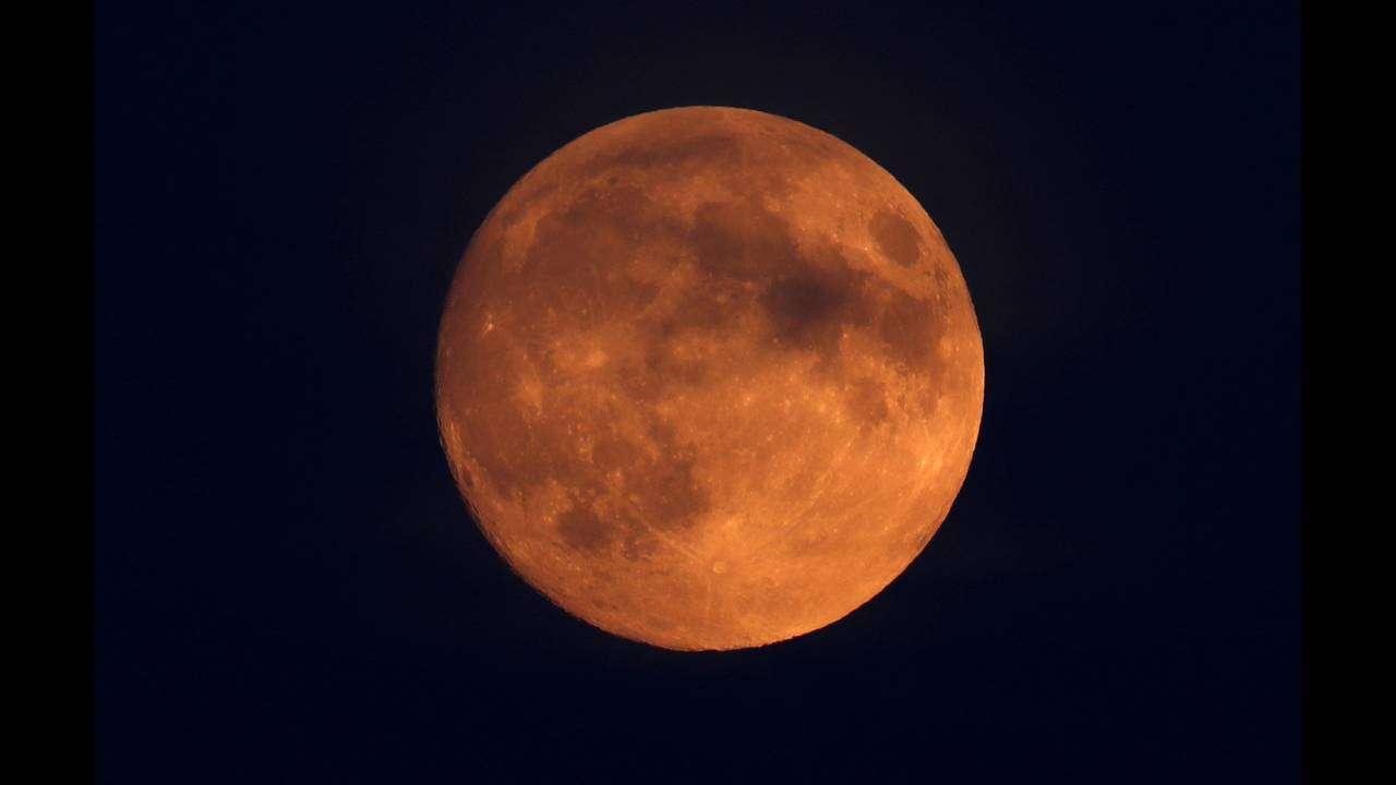 Ματωμένο φεγγάρι: Σήμερα η μεγαλύτερη έκλειψη σελήνης του 21ου αιώνα