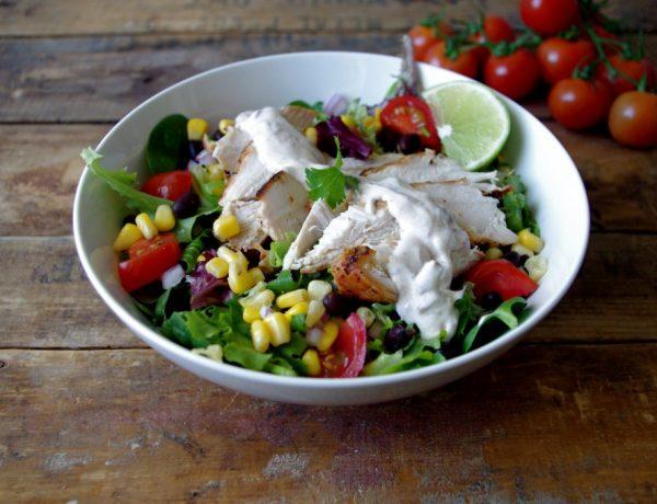 Ελαφριά και άκρως καλοκαιρινή μεξικάνικη σαλάτα με κοτόπουλο και σως γιαουρτιού.