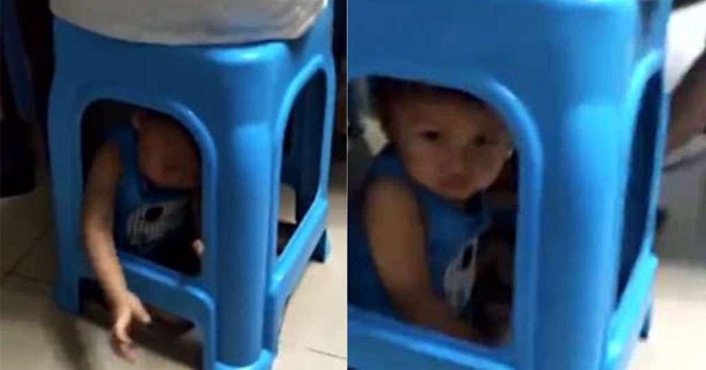 Mια μητέρα παγίδευσε τον 1 έτους γιο της κάτω από ένα σκαμπό για παίξει χαρτιά ανενόχλητη