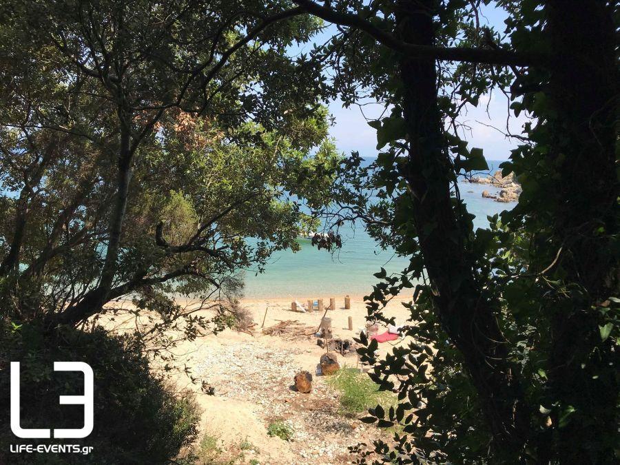 Αυτή είναι η μυστική παραλία που «ενώνει» τη Θεσσαλονίκη με τη Χαλκιδική
