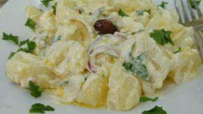 Πολύ γευστική χορταστική δροσερή πατατοσαλάτα
