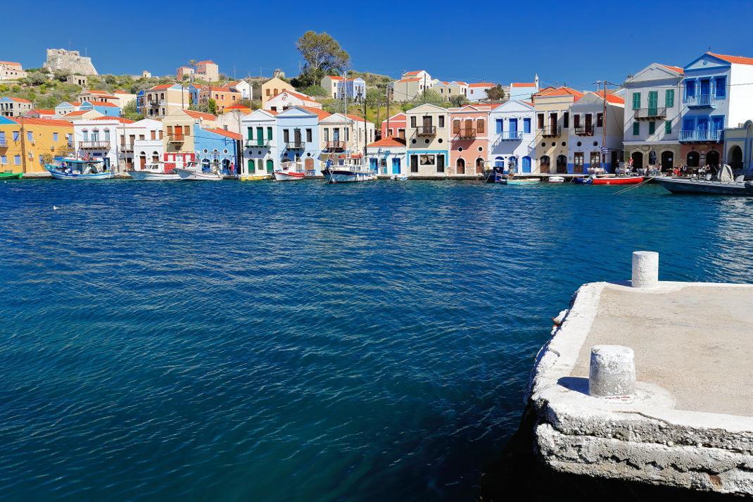 Σε αυτό το πολύχρωμο νησί, με την αυθεντική ομορφιά δεν χρειάζεσαι ούτε ξαπλώστρα ούτε αυτοκίνητο