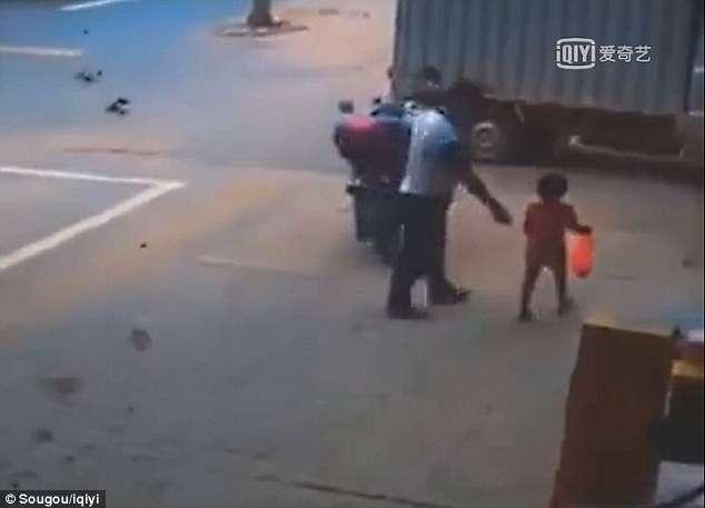Η σοκαριστική στιγμή που διακινητής ανθρώπων απαγάγει κοριτσάκι 3 ετών ξελογιάζοντάς το με γλυκά και το ανεβάζει στο μηχανάκι του