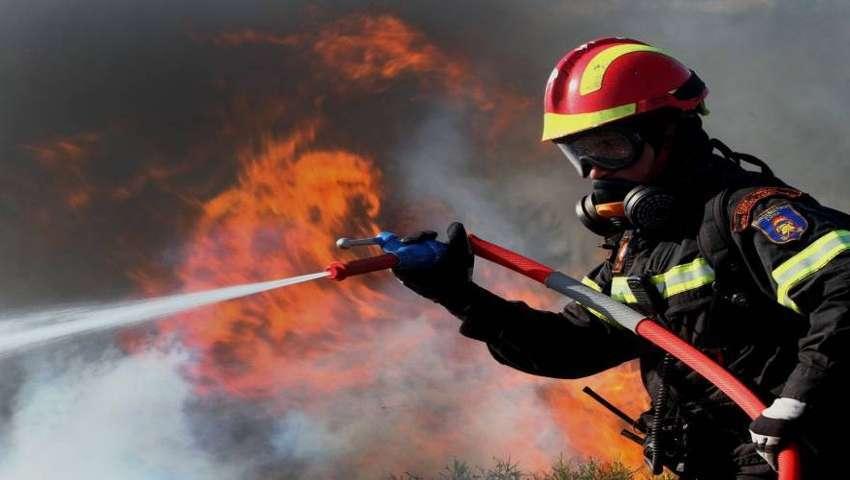 Επάγγελμα πυροσβέστης: Οι «ταβλαδόροι» που νιώθουν τις τελευταίες ανάσες της γης να λιώνουν στις μπότες τους