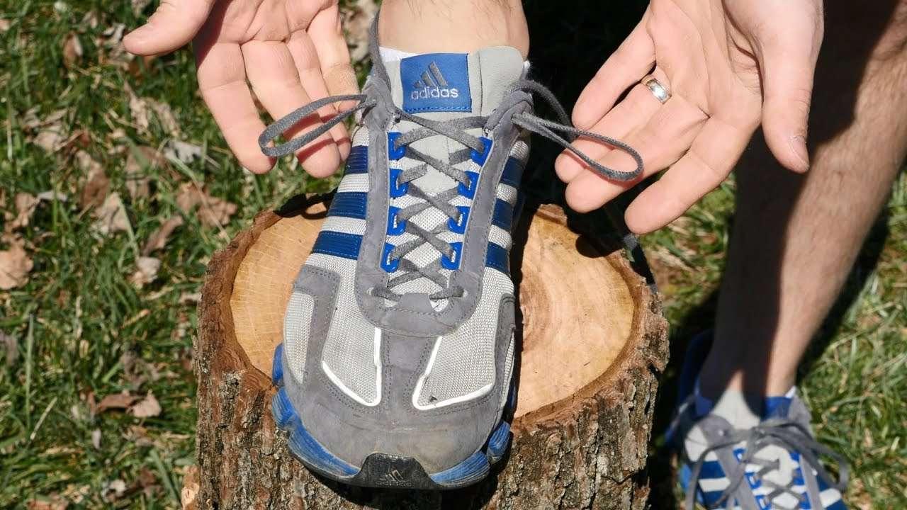 Το γνωρίζατε;Αυτός είναι ο λόγος που υπάρχει μια επιπλέον τρύπα ψηλά στα αθλητικά παπούτσια!