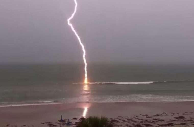 Τι να μην κάνετε ποτέ όταν βρέχει στην θάλασσα – Δείτε τι έκανε λουόμενος στην Αμαλιάπολη ικόνα)