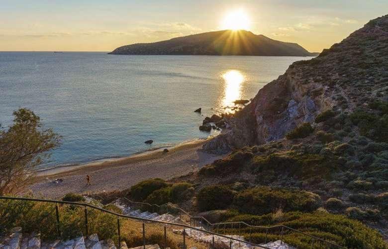 Αυτή είναι η κρυφή παραλία της Αττικής με τα 99 σκαλοπάτια
