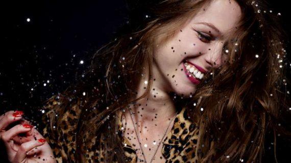 Μη φοβάσαι τον άνθρωπο που γελά, μιλά και τραγουδά δυνατά!