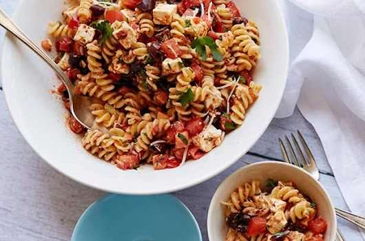 Πεντανόστιμη καλοκαιρινή σαλάτα με ζυμαρικό φουσίλι, ντομάτες φρέσκες και λιαστές, με τυρί φέτα και με υπέροχη σάλτσα