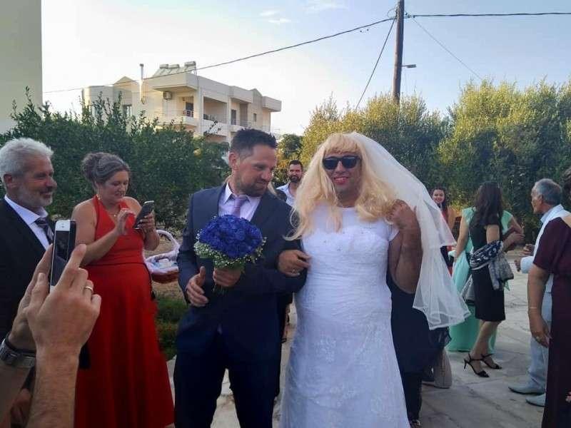Χανιά: Με ανοιχτό το στόμα έμεινε ο γαμπρός! - Άλλη περίμενε και άλλη πήγε στην εκκλησία (photos)