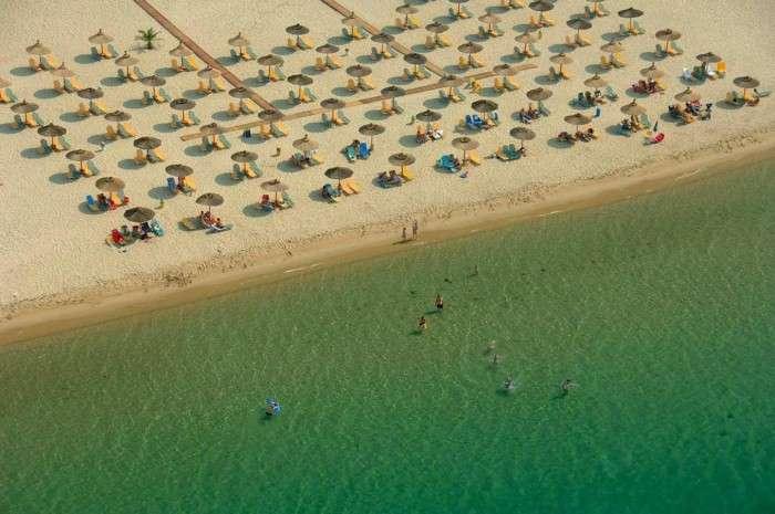 Αυτό είναι Το άγνωστο ελληνικό χωριό όλο παραλία που μπαίνει ένα χιλιόμετρο στη θάλασσα!