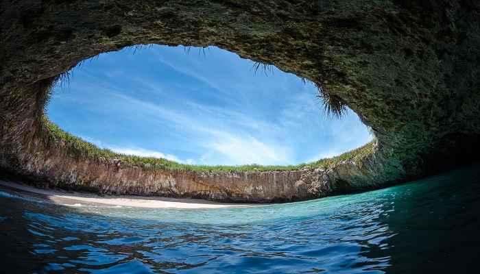 Μία από τις πιο εντυπωσιακές παραλίες στον κόσμο υπάρχει καλά κρυμμένη σε ένα απομακρυσμένο μέρος