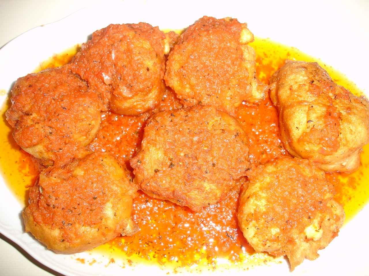 Πεντανόστιμοι Λουκουμάδες με Τυρί και Σάλτσα, που θα λατρέψουν μικροί και μεγάλοι!