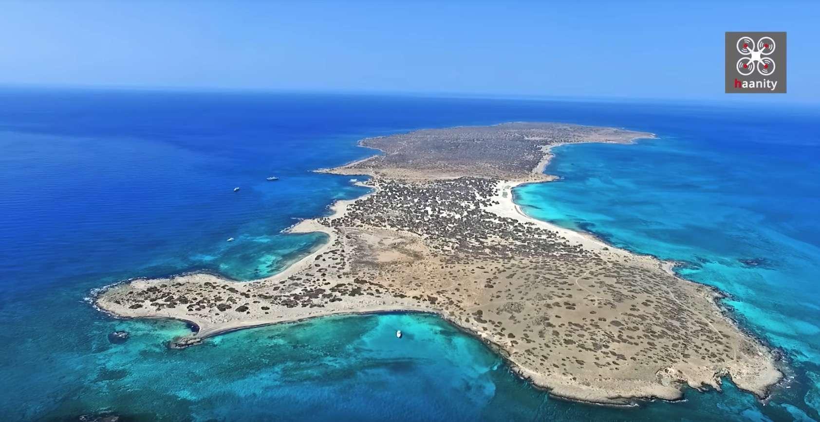Tο μικροσκοπικό, γραφικό ελληνικό νησάκι με το κεδρόδασος, τα αμέτρητα κοχύλια, τα γαλάζια νερά και τις απέραντες αμμουδιές