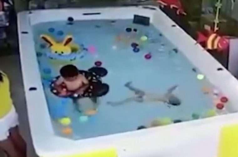 Σοκαριστικό: Μάνα παίζει με το κινητό, ξεχνάει στην πισίνα το μωρό που πνίγεται