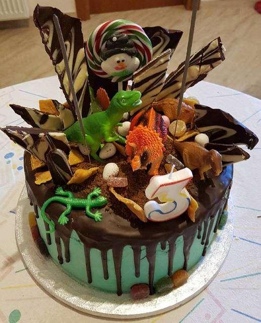 Τούρτα γενεθλίων σοκολάτας για παιδάκια με θέμα τους δεινόσαυρους.
