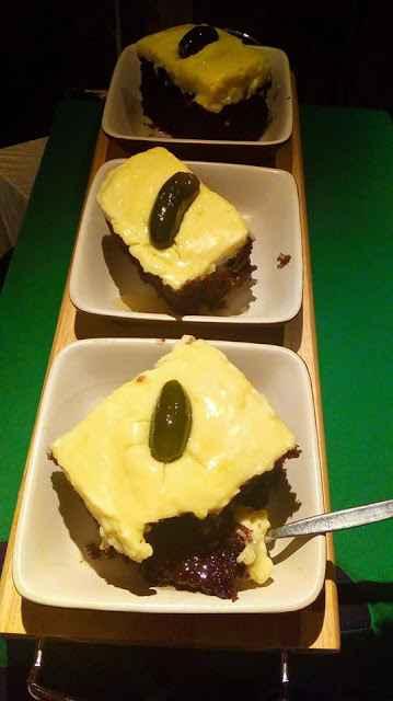 Υγρό κέικ σοκολάτας με κρέμα πατισερί για κέρασμα !!!