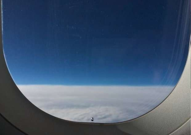 Για αυτο στα τζάμια των αεροπλάνων υπάρχει μια μικρή τρύπα. Το γνωρίζατε;