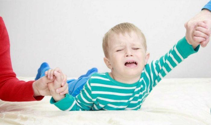 Το παιδί σας δεν θέλει να πάει σχολείο: Πώς να διαχειριστείτε την σχολική άρνηση;