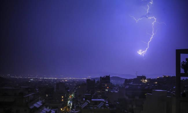 Καιρός: Η κακοκαιρία «Ξενοφών» σκεπάζει την Ελλάδα - Καταιγίδες, μποφόρ και κρύο σε όλη τη χώρα