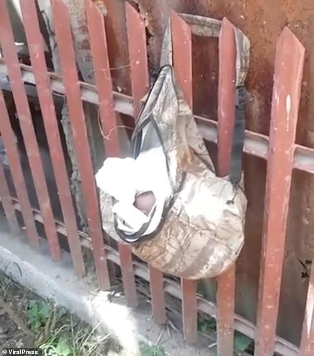 Σοκ! Εγκαταλελειμμένο νεογέννητο μωρό βρέθηκε σε πλαστική σακούλα που κρέμονταν σε έναν φράχτη